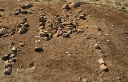 Kvadratisk stenlægning afgrænset af to stenrækker i højens vestlige del. Set fra øst.